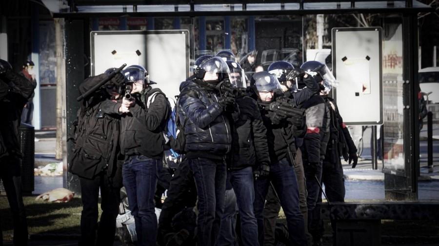 Où l'on voit clairement que les gardes mobiles visent à hauteur des têtes