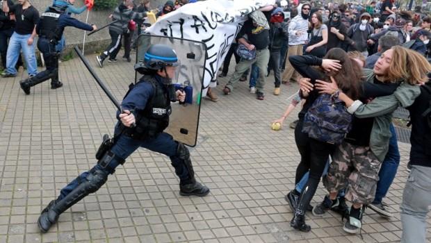 un-crs-lors-d-une-manifestation-a-bordeaux-le-17-mai